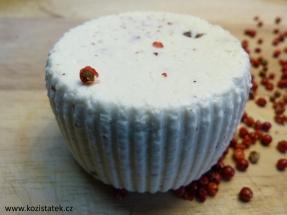 Čerstvý kozí sýr-červený pepř